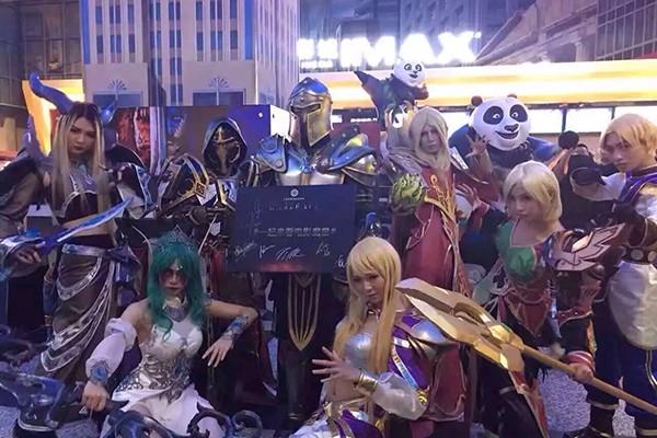 """""""魔兽""""粉丝cosplay观影"""