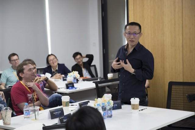 游族网络首席创意官崔荣(右一)与BP同事分享
