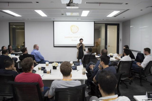 游族网络环球工作室总经理刘万芹(中)向BP同事介绍游族情况
