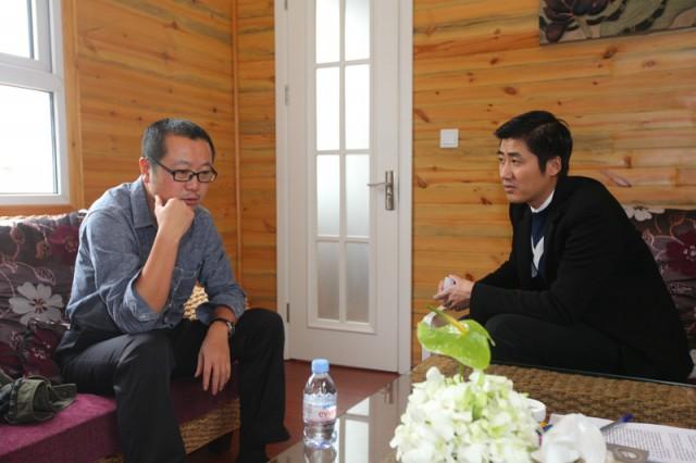 刘慈欣与记者合影